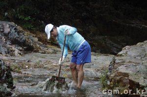 [image: Pastor Joshua cleaning in Hong Kong]