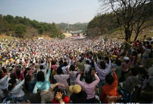[image: Crowds of Wolmyungdong]